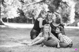 photographe-portrait-famille-exterieur-amour-landes-aire-sur-adour-parc-noir-et-blanc
